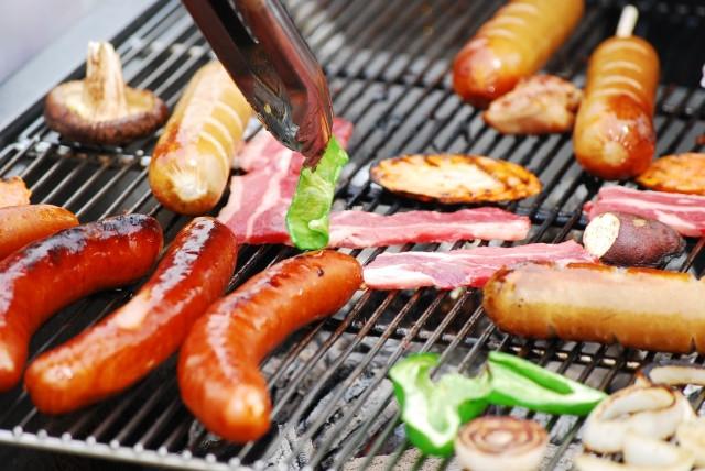 焼かれている野菜と肉