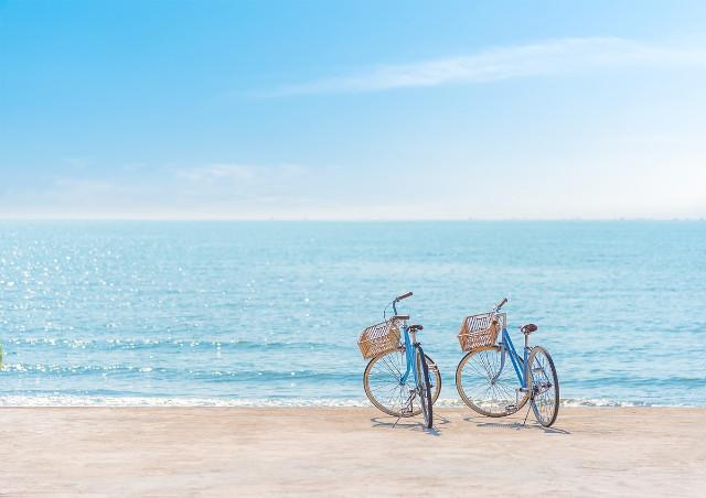 浜辺にある2台の自転車